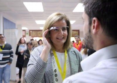 Ministra de Empleo y Seguridad Social Fatima Bañez probando Google Glass en stand de ADD Event - FERIA DEL EMPLEO EN LA ERA DIGITAL